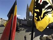Nad Antverpami vlaje vedle belgické vlajky i vlajka vlámská (15. října 2012)