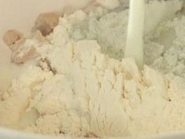 Nejdříve si připravte kvásek z droždí, mouky, cukru a mléka.