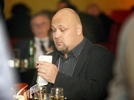 Patrik Oulický přepočítává bankovky během kongresu ODS v Praze. (21. listopadu