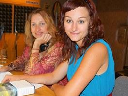 Tereza Bebarová a Kateřina Tučková při nahrávání audioknihy Žítkovské bohyně