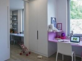Sousedící dětské pokoje jsou předěleny praktickou posuvnou stěnou, kterou lze v