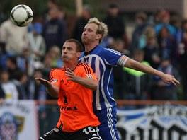 Olomouký fotbalista Zdeněk Klesnil (vlevo) bojuje s uničovským Romanem Vejvodou.