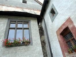 Opravy probíhají poměrně chaoticky, stavař by se asi neradoval, ale Švejda...