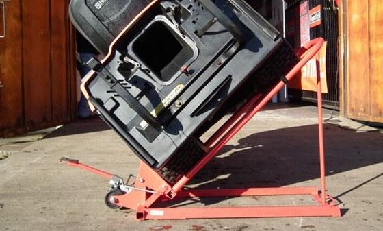 Pomocí hydraulického mechanismu zvednete traktor rychleji než pomocí šroubování.