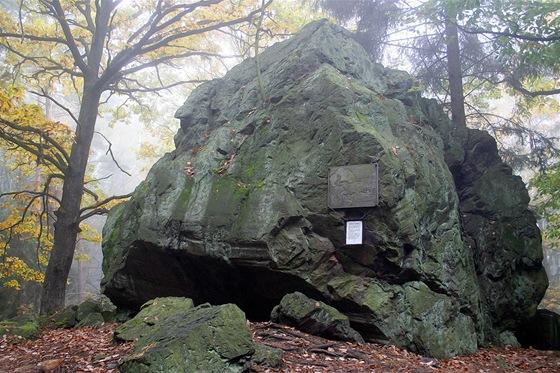 Legendami opředený Čertův kámen. Na některých mapách je ale označován názvem