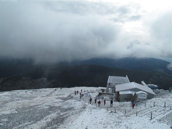 Na Sněžce, nejvyšší české hoře, už leží souvislý poprašek sněhu (26. října 2012)