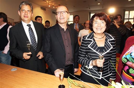 Předseda ČSSD Bohuslav Sobotka (uprostřed) sleduje s kolegy Jiřím Dienstbierem