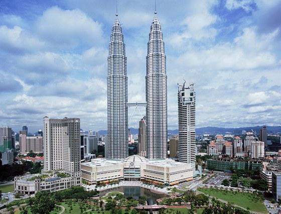 Petronas Towers vKuala Lumpuru mají  ve 170 metrech nad zemí spojovací most,...