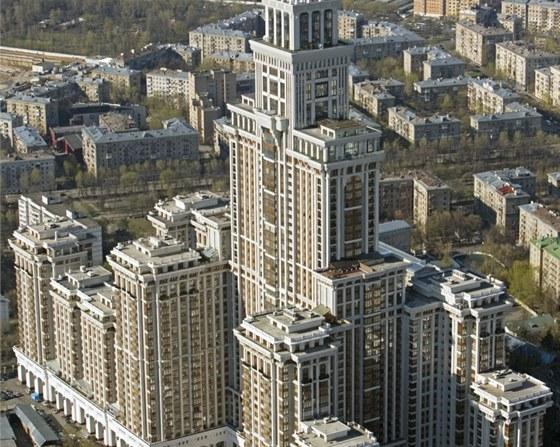 Triumph Palace v Moskvě nabízí devět tisíc apartmánů, je z roku 2003.