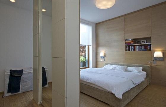 Prostorná ložnice svou čistou linií a praktičností navodí relaxační atmosféru.