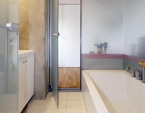 Na stěny a dveře koupelny je použito speciální sklo, kterým dovnitř proniká