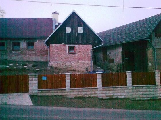Hotový plot. Kvůli jeho stavbě již nebyly peníze na zateplení domu.