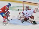 Hokejista pražského Lva Luboš Bartečko na brankáře CSKA Moskva Rastislava Staňu