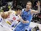 Pardubický basketbalista Josef Příhonský (vlevo) se snaží vyzrát na Romana