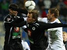 V P�ESILE. Hrade�� fotbalist� zdvojuj� Libora Do�ka, �to�n�ho dlouh�na v t�mu