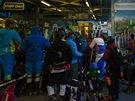 Dolní stanice lanovky v Zermattu v ranním chaosu nastupujících lyžařů