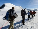 Navázaní na lano postupujeme přes ledovec, úplně vpravo vrchol Breithornu.