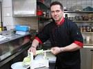 Šéfkuchař Petr Malček z restaurace Jelica při přípravě cuketových špaget