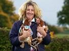 """Britka Sue Christy se rozhodla upozornit na každoroční smrt 60 tisíc slepic (pouze v Británii), které jsou při nepravidelné snůšce okamžitě vyřazeny z """"výrobny vajec"""" a zabity. Pár si jich vzala, na opelichané tělo jim upletla vesty a nechá je dožít na venkově."""