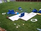 Na trávníku se během nedělního řádění sparťanských fanoušků ocitly i záchodová