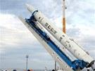 Vztyčování KSLV-1 (nebo Naro-1) na startovací rampě před později zrušeným
