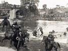 Na staré plovárně vojáci ukazovali lidem i překonávání řeky na koních. V pozadí