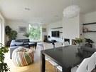 Vybavení obývacího pokoje zůstává záměrně minimalistické. Rohová sedačka,