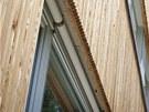 Velká okna stíní předokenní greenové rolety, nápaditě skryté pod okrajem