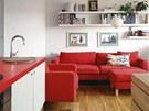 Jednoduché tvary příjemně kontrastují s výraznou červenou barvou.