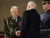 Prezident Václav Klaus propůjčuje Řád Bílého lva Alexandru Beerovi. (28. října
