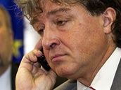 Zklamaný Jiří Dolejš z KSČM telefonuje ve volebním štábu poté, co neuspěl v