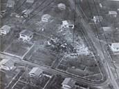 Letecký pohled na trosky letadla YU-AJO po nehodě na Suchdole.