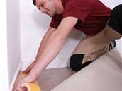 Změřte si podlahu a koberec nařežte nebo si ho nechte nařezat v obchodě tak, abyste měli na všech stranách rezervu asi 10 centimetrů.