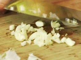 Česnek nahrubo nasekejte.