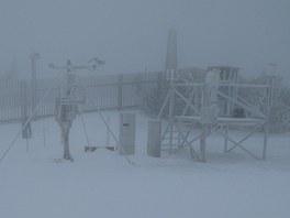 Za��tek zimy na mateorolgick� stanici na Lys� ho�e, jak ho v roce 2012 nafotografoval Stanislav Ondruch.