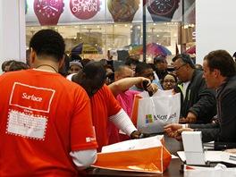Uvnitř obchodu na Times Square. Zájem o tablety Surface byl velký.