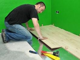 Pokládka podlahy je jedním z častých požadavků na internetových poptávkách.