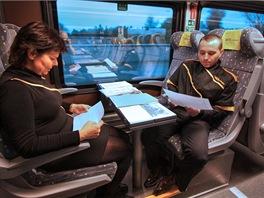 Studium manuálů různých zařízení soupravy je pro stevardy denní rutina