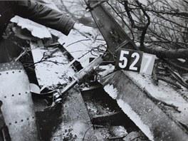Jeden z vyšetřovatelů zkoumá trosky letadla DC-9 po nehodě na Suchdole.