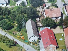 Letecký pohled. Dům stojí na trojúhelníkovém pozemku.