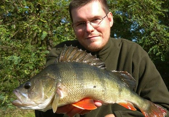 Pro tohoto okouna 41 cm si Radek Filip musel zajít do ledové vody.