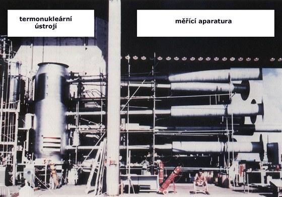 """Pohled na aparaturu prvního termonukleárního zařízení. """"Salám"""" je vlevo, za"""