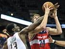 Jan Veselý z Washingtonu je blokován Ekpem Udohem z Milwaukee.
