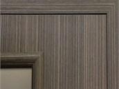 Tmavý ořechový dekor na dveřích Vertika působí útulně a v kombinaci s úzkým