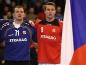 ZVLÁDNEME TO! Čeští reprezentanti Petr Štochl a Filip Jícha poslouchají hymnu