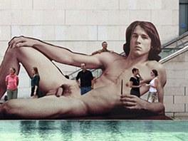 Billboard upozorňující na výstavu Nazí muži před Leopoldovým muzeem ve Vídni