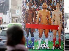 Spousta plakátů k výstavě Nazí muži byla ve Vídni přelepena tak, aby nebyly