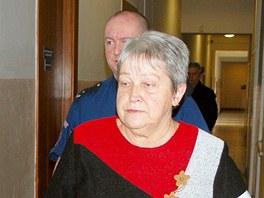 Justiční stráž přivádí Danuši Špičkovou do jednací síně Krajského soudu v