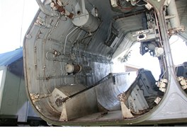 """Pohled do levého odpalovacího kontejneru. Dole je vidět """"koryto"""" na startovací"""