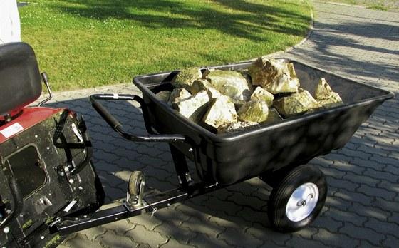 Lehký plastový traktorový vozík má nosnost 150 kg.